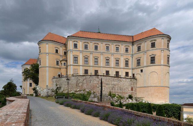 Papouščí ZOO Bošovice, zřícenina hradu Děvičky, zámek Mikulov